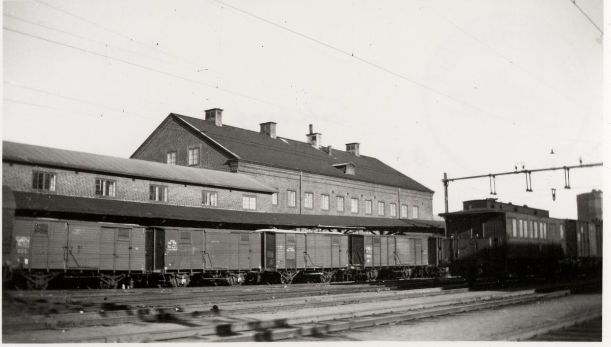 BJ, Bergslagernas Järnvägars nya fgx-byggnad, Fraktgodsexpedition ,sedd från bangården. Invigd 1930