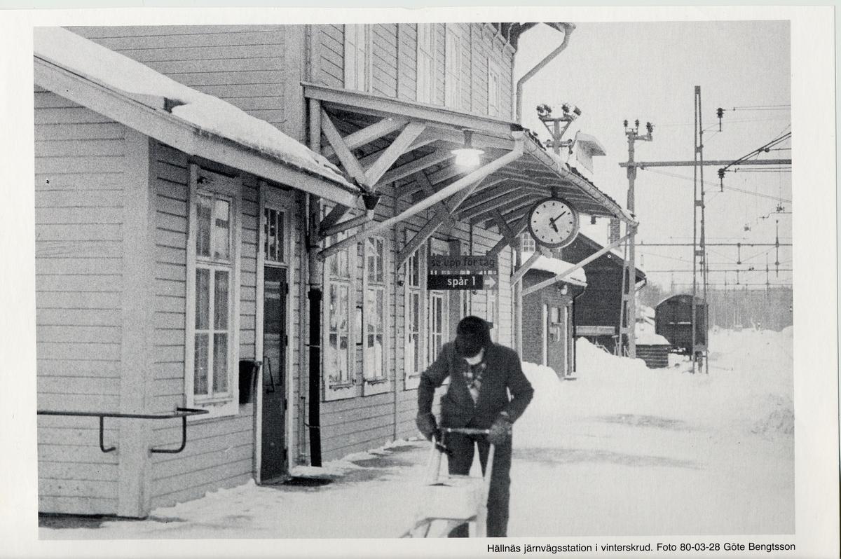 Hällnäs Järnvägsstation i vinterskrud.