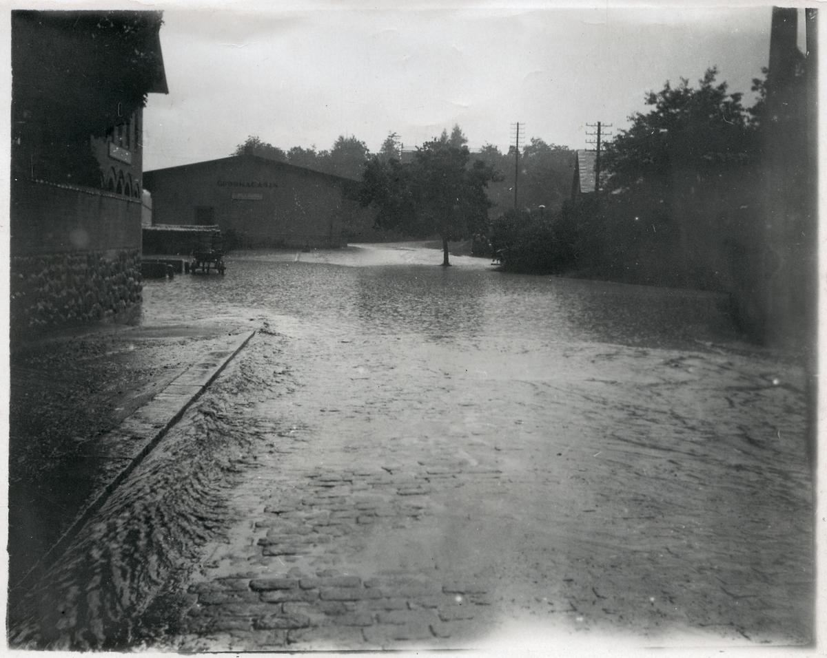 Översvämning invid stationshuset Södertälje kl. 7.25, efter ett häftigt regn