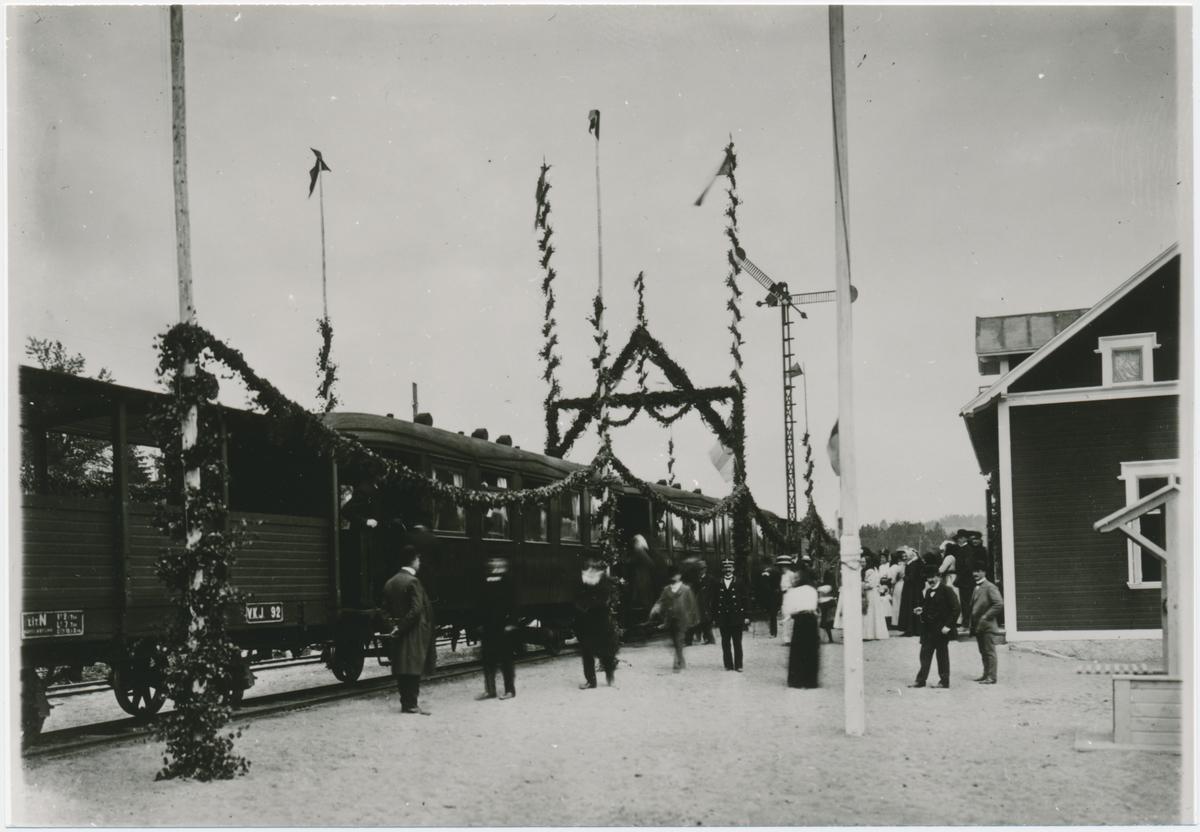 Stationen öppnad 1911-12-23. Tvåvånings stationshus i trä. Invigningsceremoni skedde ett tag senare 1912-06-11.