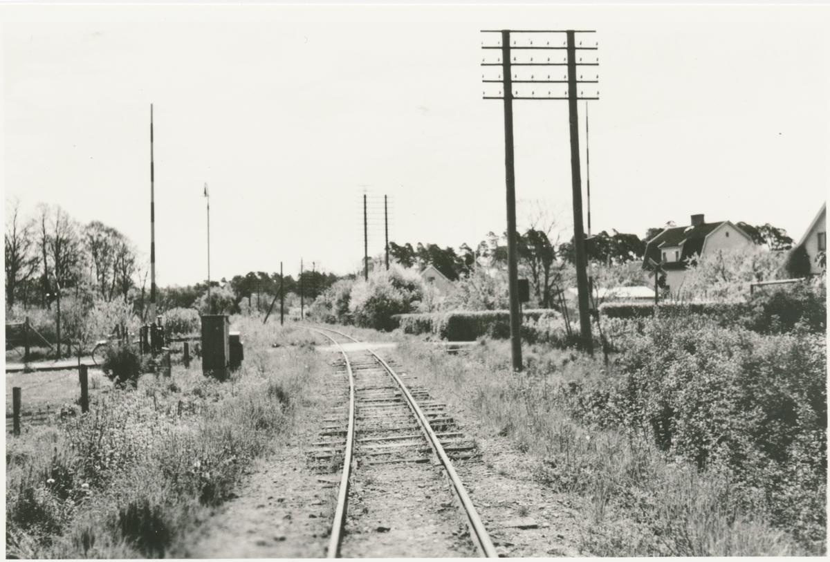Linjebild vid Gotlands Järnväg.  GJ var det första och största järnvägsbolaget på Gotland. Järnvägen förstatligades 1947. Den allmänna trafiken lades ned 1960. Enskild godstrafik i Visby Andelsslakteris regi bedrevs på sträckan Slakteriet-Visby hamn fram till maj 1962.