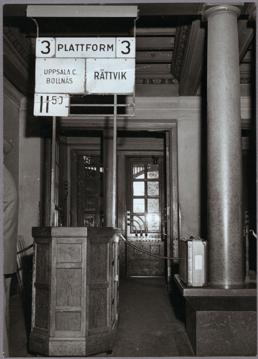 Interiör av station vid plattforms entré.