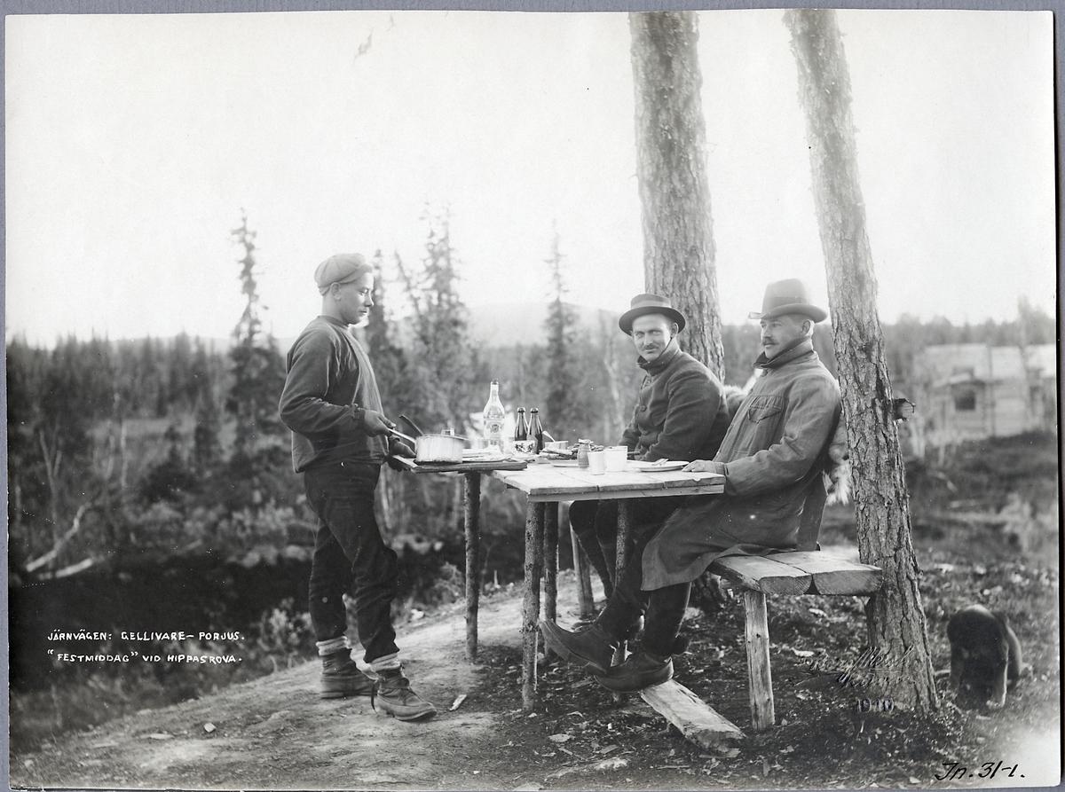 2  män som inväntar middagen vid Hippasrova. Järnvägen mellan Gällivare-Porjus.