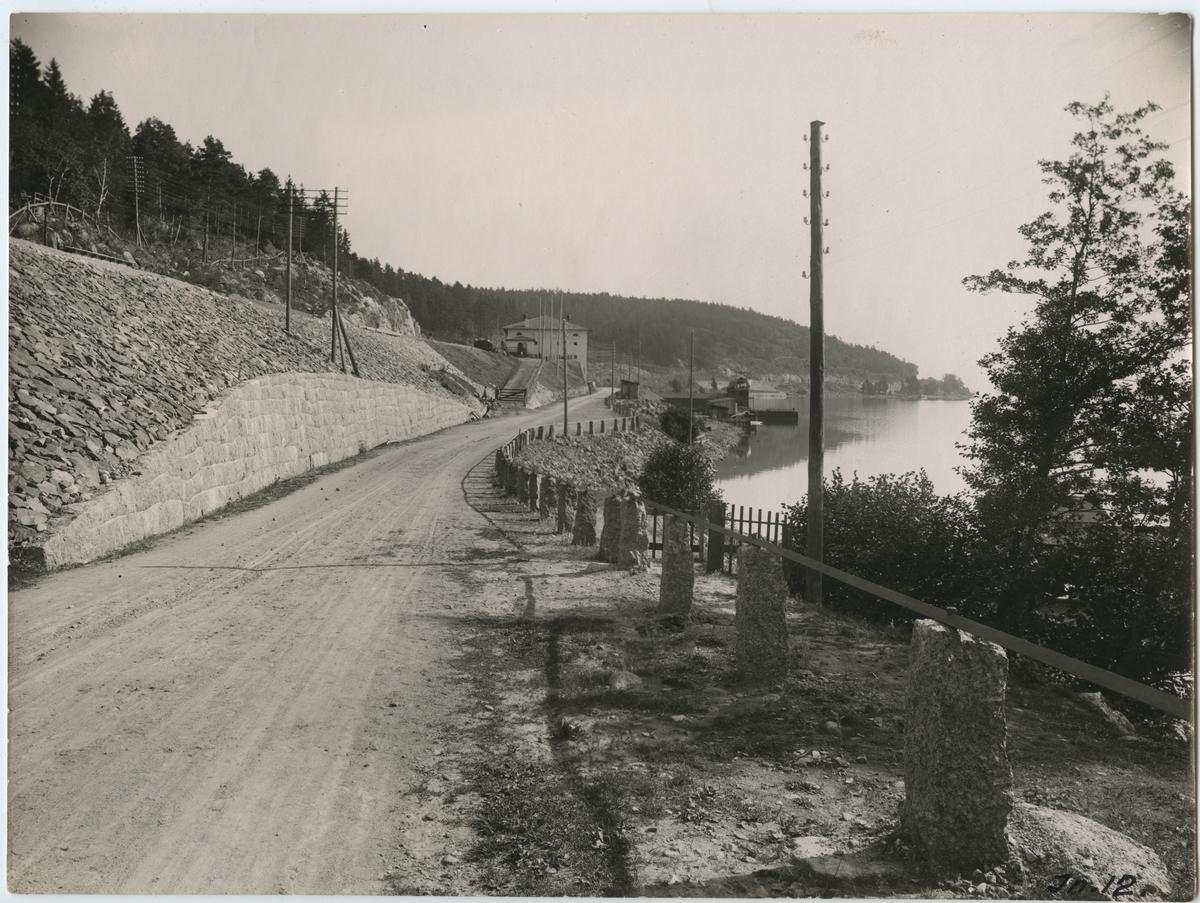 """Stödmuren vid Bråviken, på linjen Järna-Norrköping. Återuppbyggt efter """"Getå-olyckan""""."""