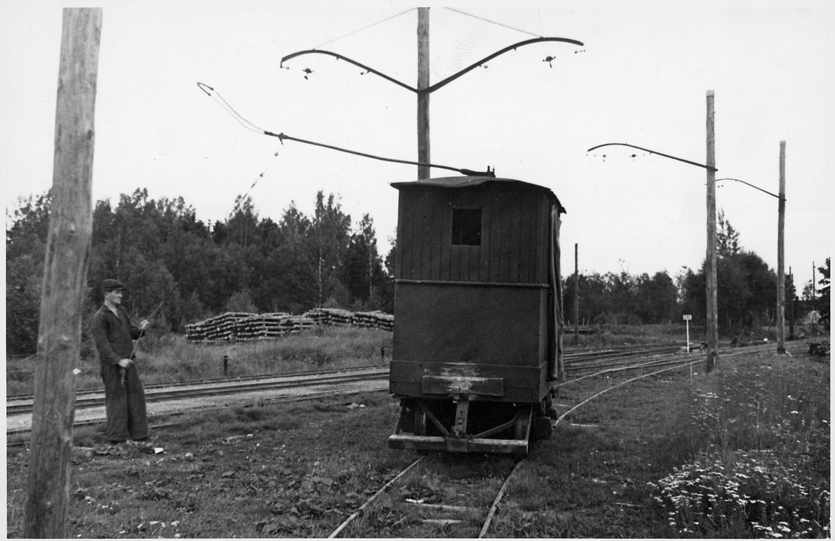 Smalspårsbanan Stockås-Mullhyttemo Ellok vid Mullhyttemo station på den elektrifierade smalspårsbanan mellan stationen och Stockås torvströfabrik. Bilden tagen i samband med den stundande elektrifieringen av den normalspåriga sträckan mellan Örebro-Svartå.