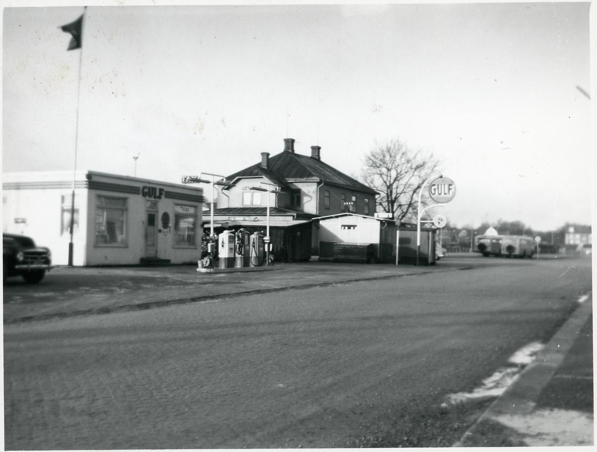 Gulf bensinstation längs Bangårdsgatan, Vetlanda.