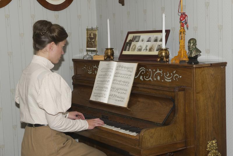 Unge fru Marie Ødegaard ved klaveret i dagligstuen. (Foto/Photo)