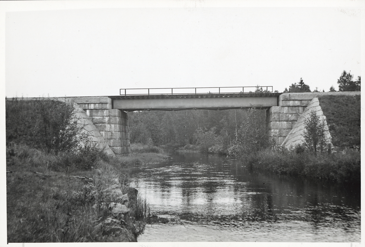 Järnvägsbro över Noret, som vattendraget heter på lantmäteriets kartor, i Äppelbo på linjen mellan Vansbro och Yttermalung. Heter Hunan innan den rinner ut i Busjön och byter alltså namn till Noret innan den rinner ut i Västerdalälven.