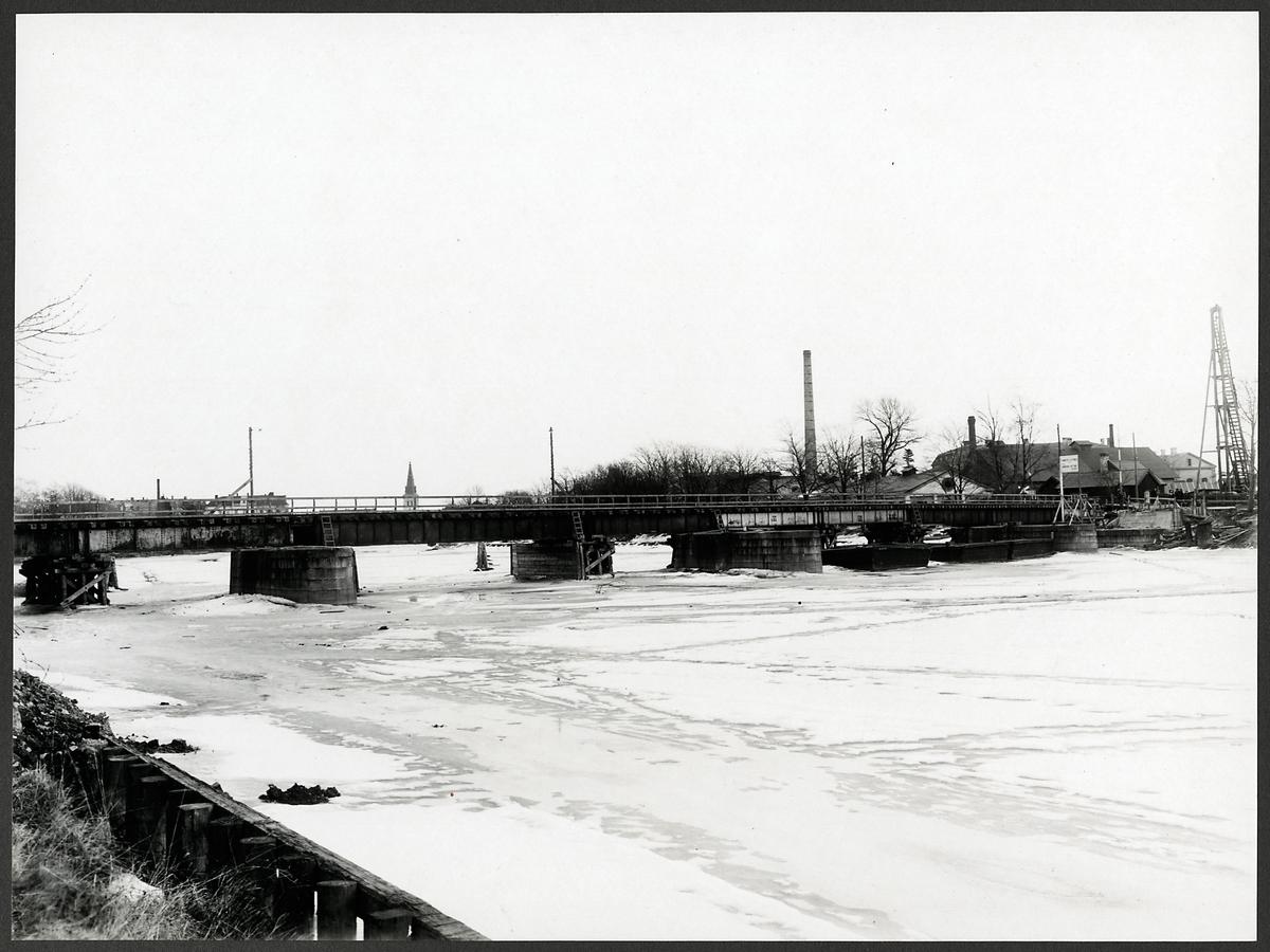 Bro över Klarälvens västra gren i Karlstad.