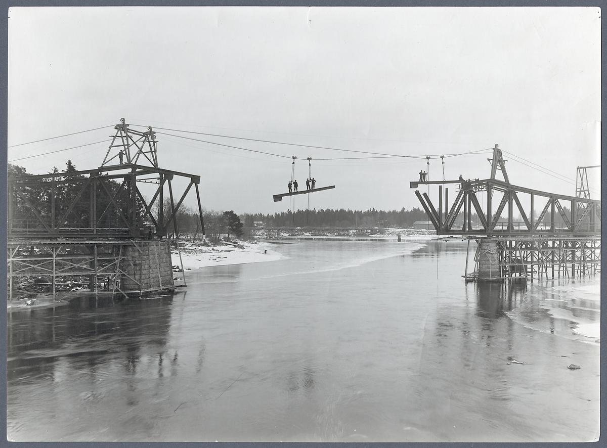 Uppförande av järnvägsbro över Ljusnan älv. O. K. B. Ostkustbanan.