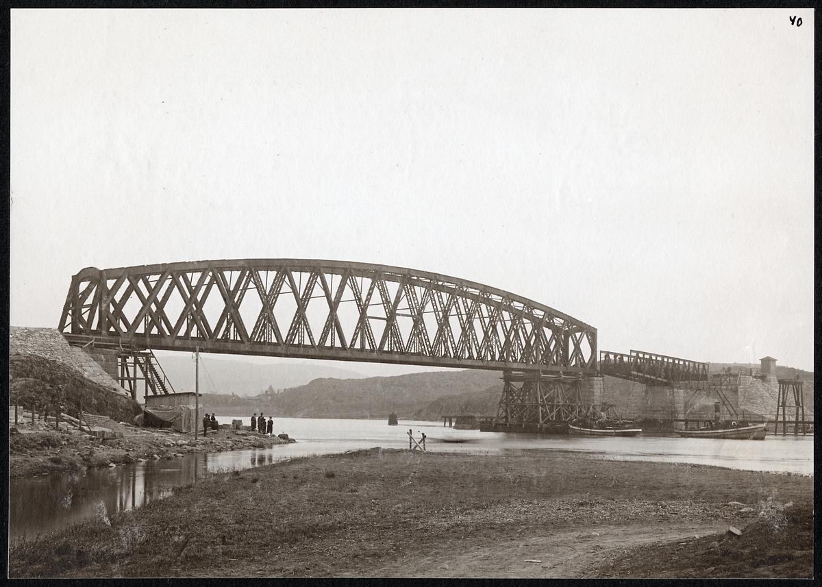 Järnvägsbro med svängbro över älven.