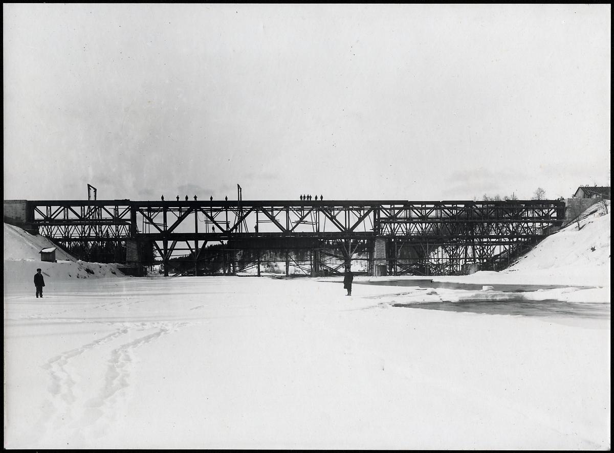 Bygge av bro över Skellefteälven på linjen mellan Klutmark och Slind, då statsbanan Bastuträsk-Skellefteå-Skelleftehamn anlades.
