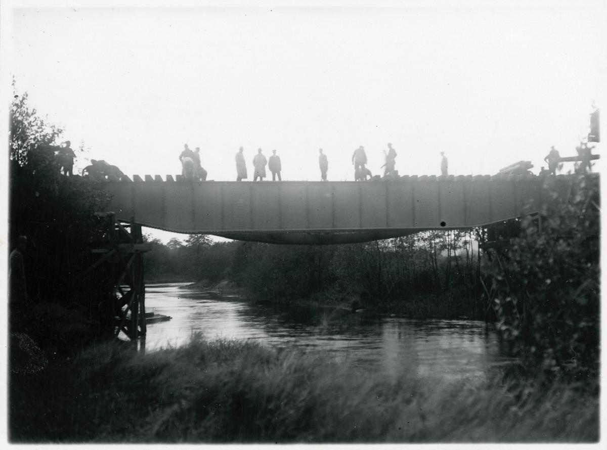 Järnvägsbron över Suseån. Inläggning av överbyggnad. Slipers läggs på.