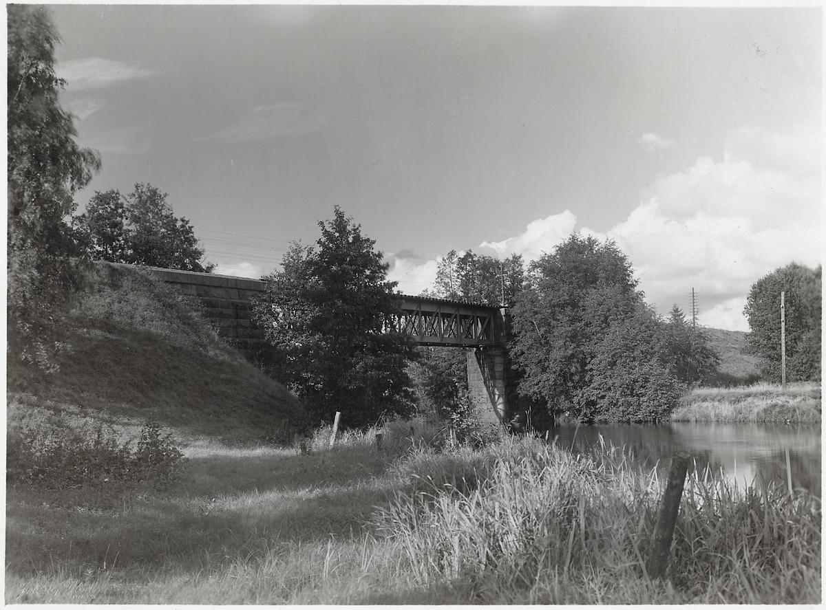 Bron över Viskan vid Assberg på linjen mellan Kinna och Skene.