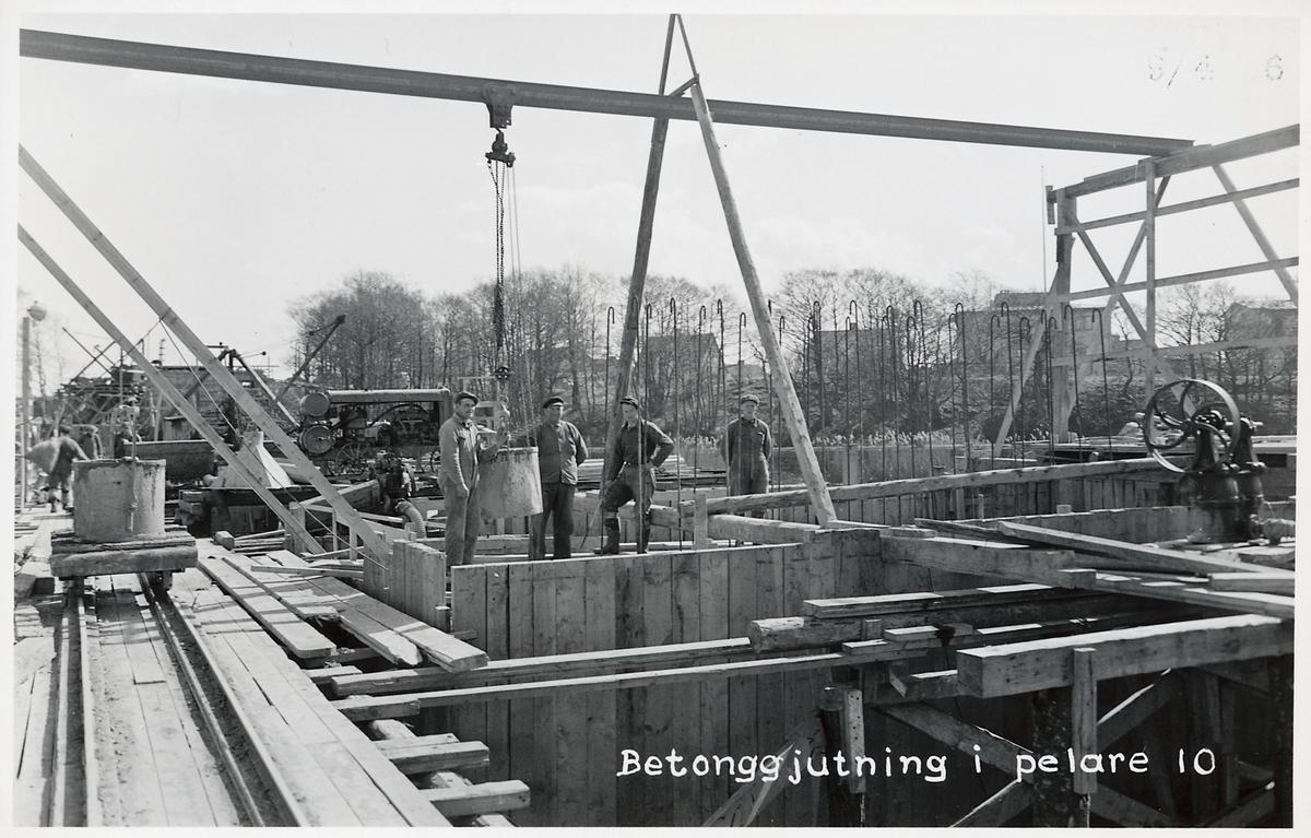 Brobygge över Ätran. Betonggjutning i pelare.