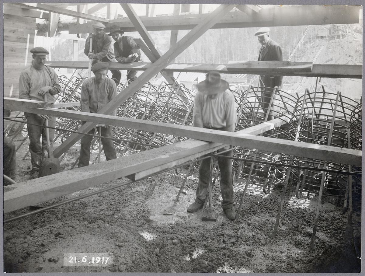 Arbetare vid brobygget över Öreälven.