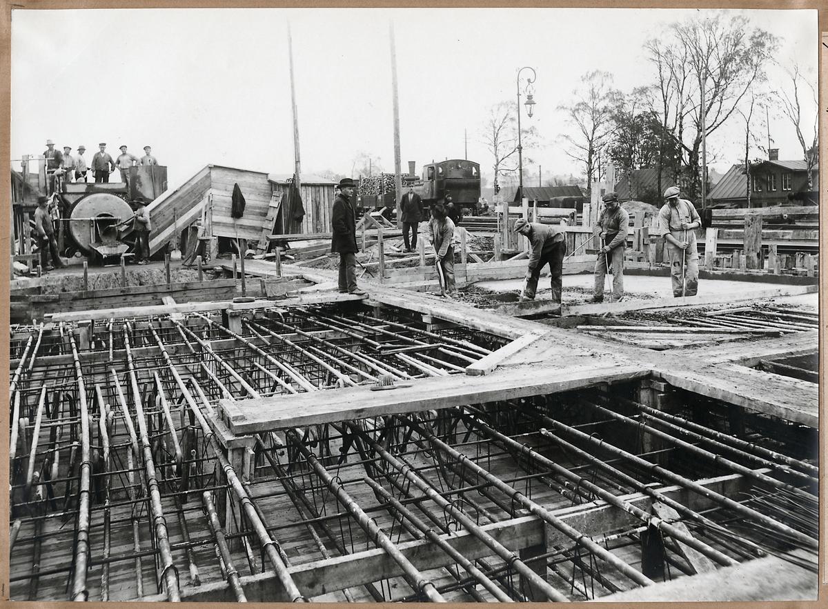 Gjutning av brodäcket till vägport av järnbetong i Tredje Avenyen, Hässleholm. November 1917.