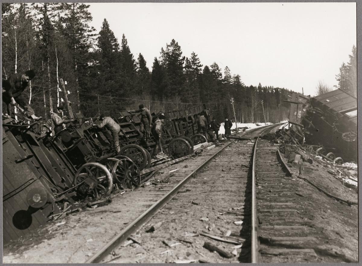 Nedmontering av godsvagnar efter olycka mellan Gastsjön och Kälarne i Jämtland på 1920-talet.