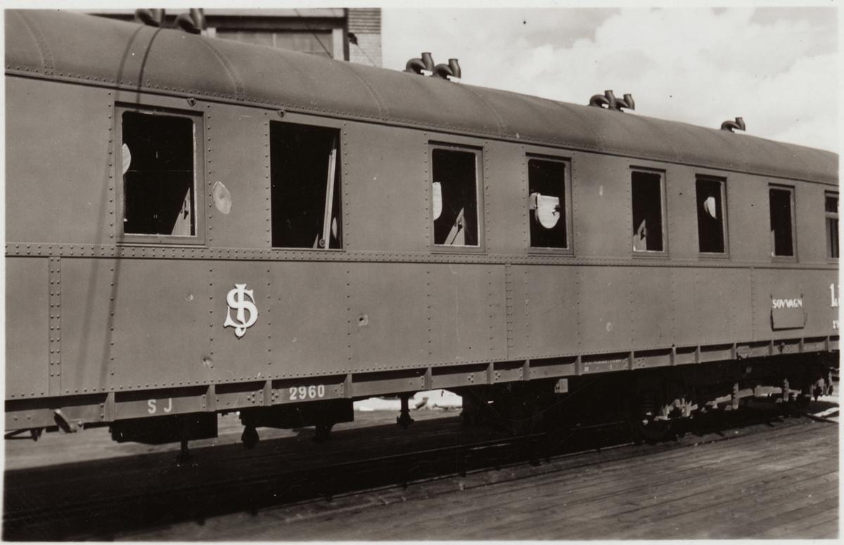 Bilder på Statens Järnvägar, SJ ACo4 2960 efter bombning i Narvik.