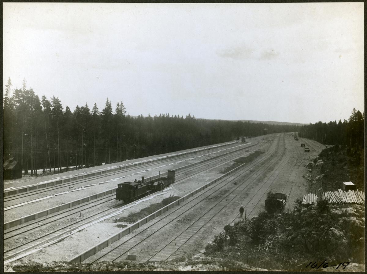 Vy över dubbelspåret över kanalen mellan Rönninge - Ström.