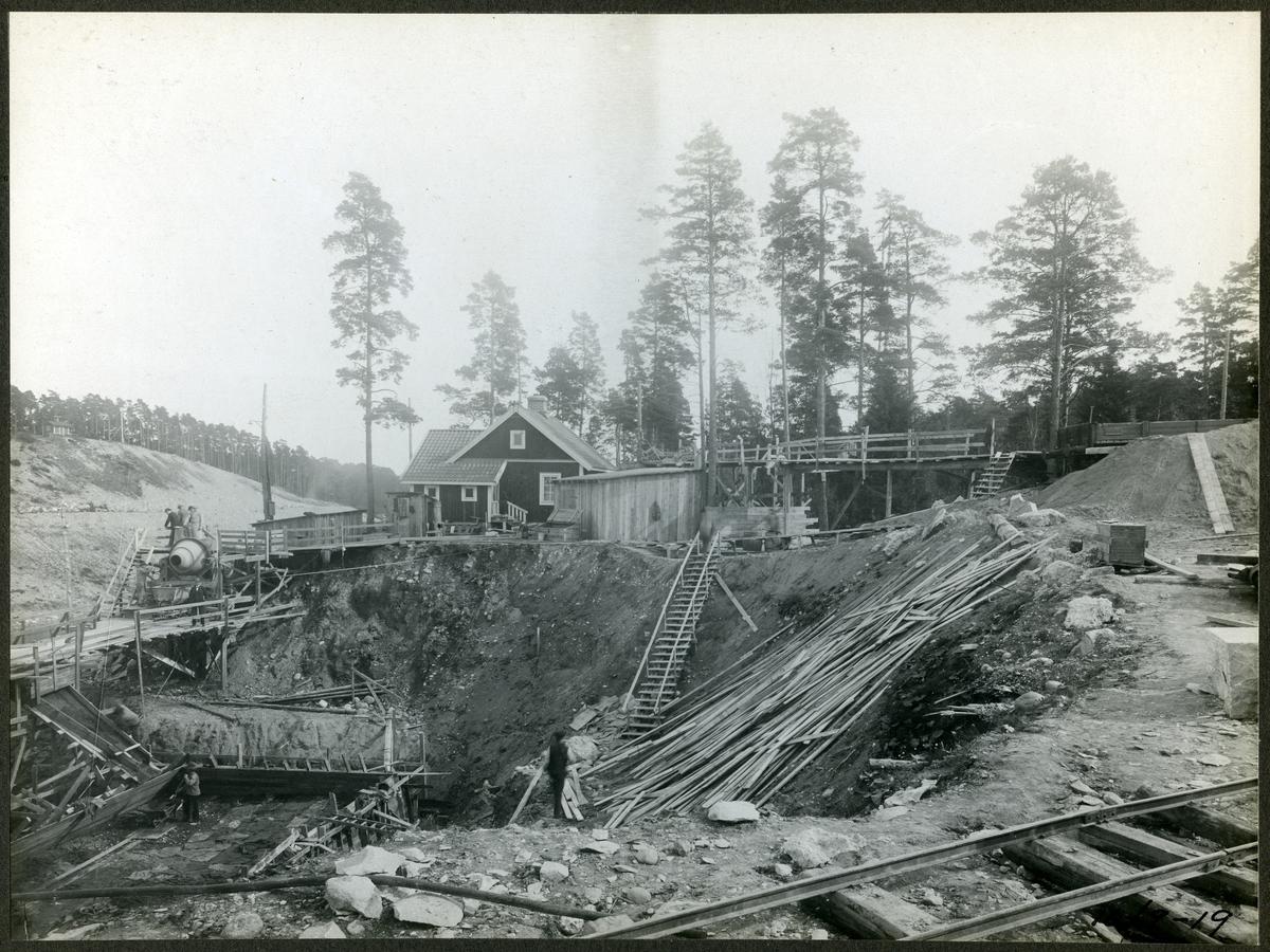 Vy intill brobygget för dubbelspåret över kanalen mellan Rönninge - Ström.