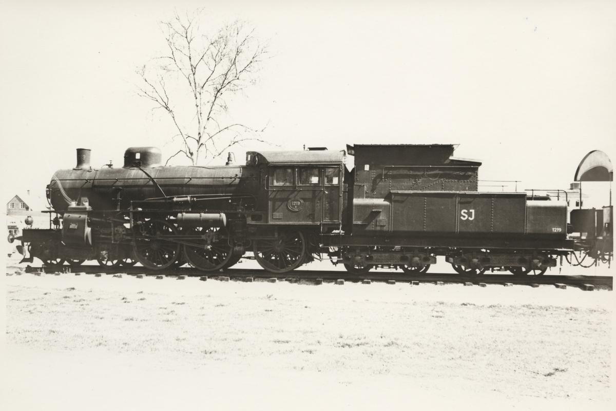 Statens Järnvägar, SJ B 1219.  Ånglok med tender under vintertid.