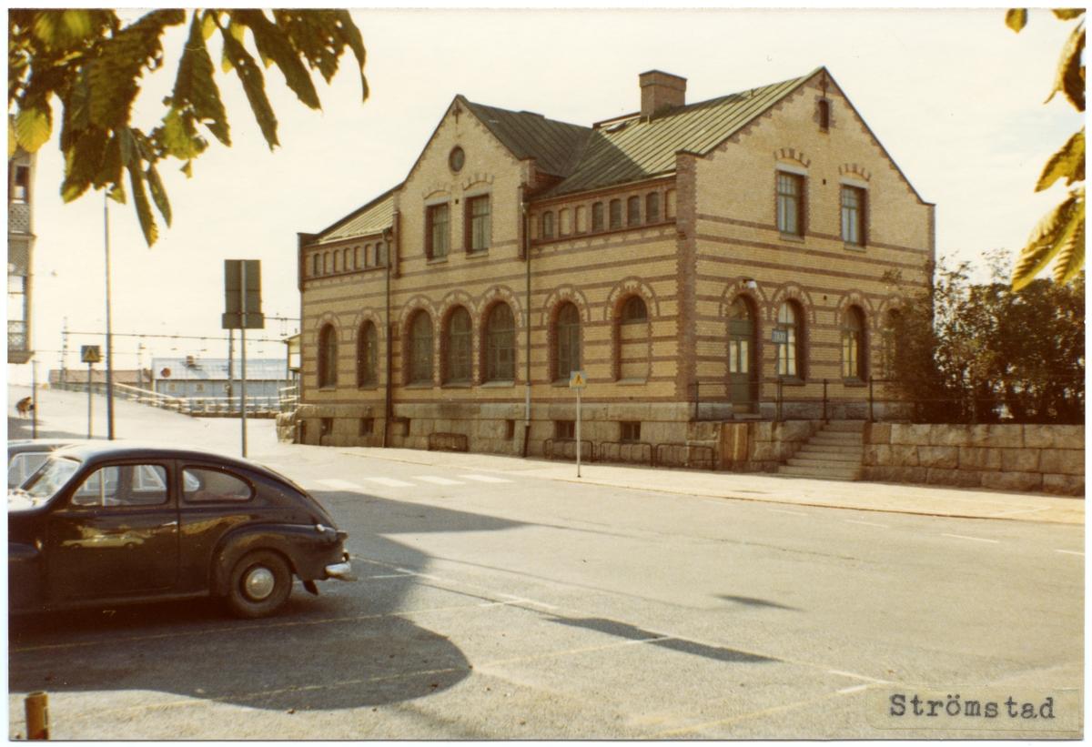 Stationen anlades 1903. Expedition och väntsal renoverades 1932. 1941 uppfördes ett rälsbussgarage. En Volvo PV på parkeringen.