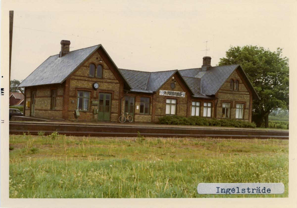 Stationen öppnad 1885 av Skåne - Hallands Järnväg, SHJ. Stationhuset är ett envånings stationshus i tegel med tre gavlar mot banan. Övergick till  till SJ 1896. Elektrifierad 1937. Från 1966 enbart hållplats persontrafiken nedlagd 1972 och godstrafiken nedlagd 1992.