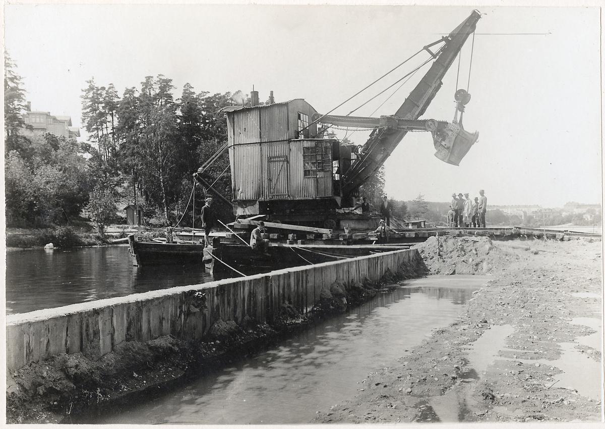 Röjning efter raset vid Södertälje kanal.
