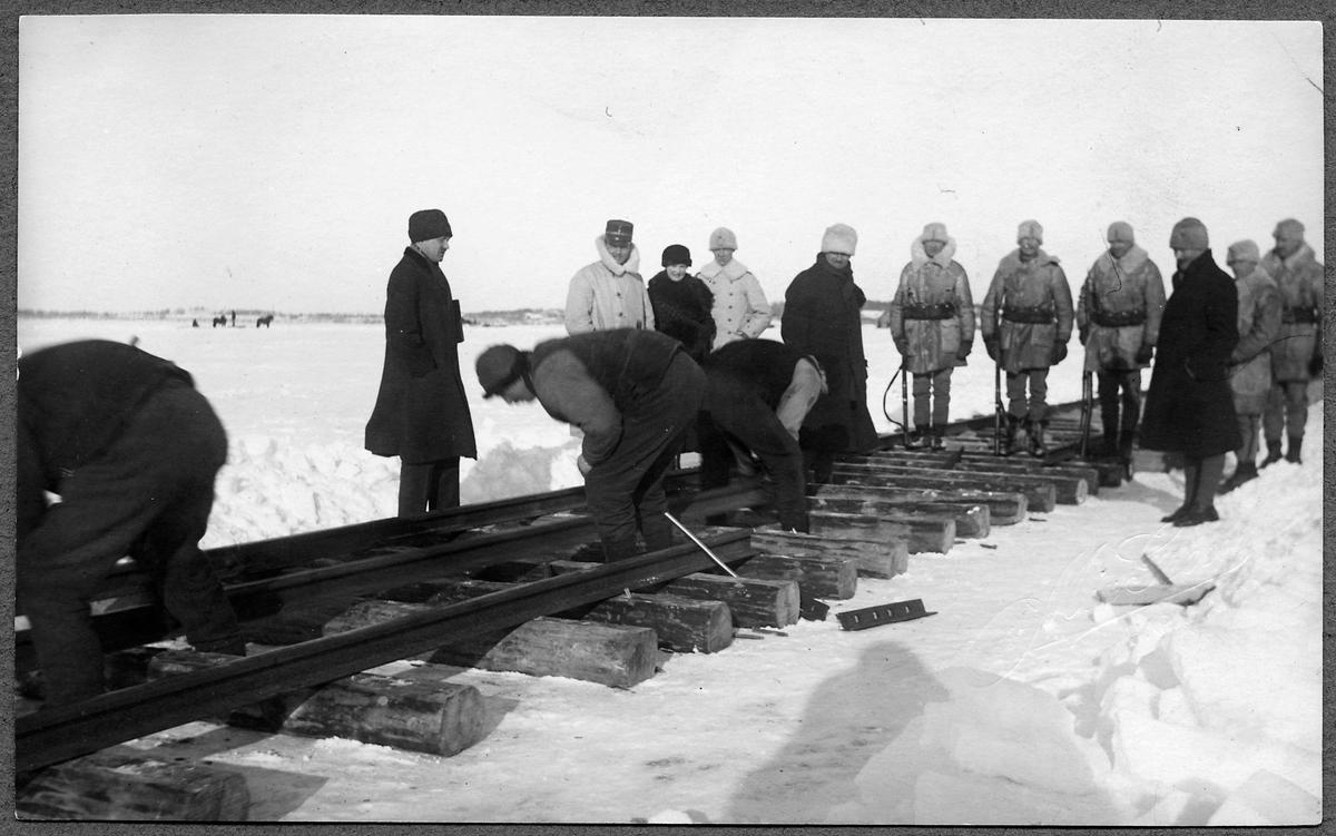 Rälsläggning över Torne Älvs is för änkekejsarinnan av Rysslands tåg från Haparanda till Torneå.