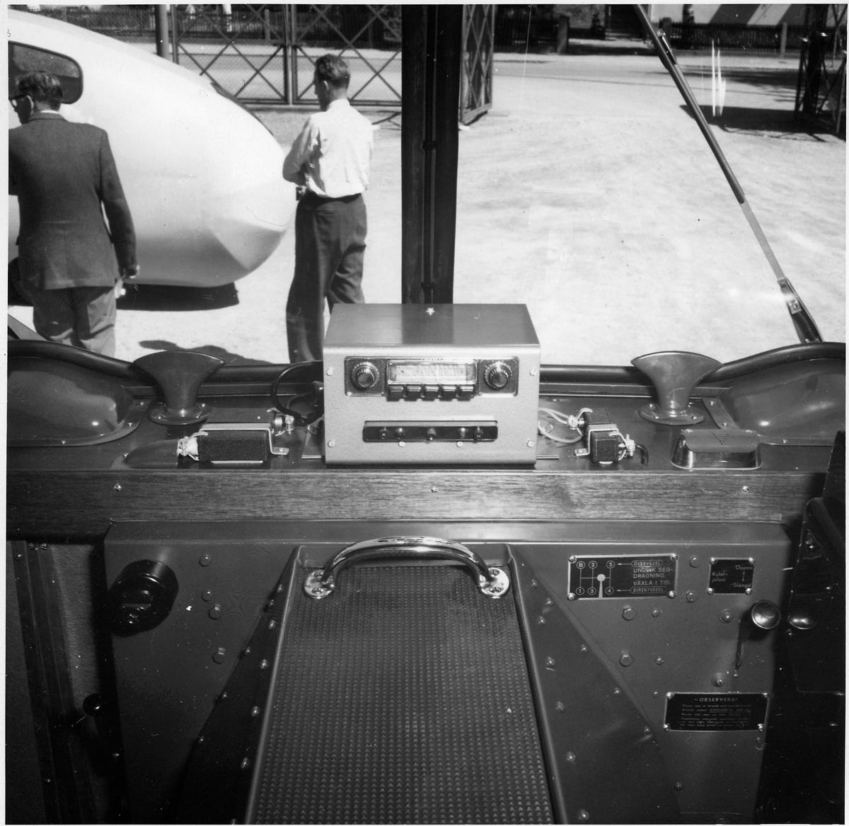 Interiör från en buss med radio.