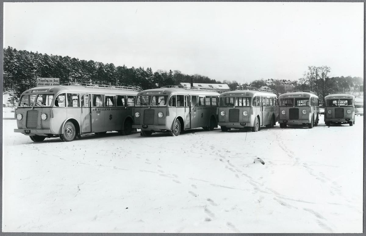 Bussar från A-B Kullens Omnibustrafik med SJ emblem sedan SJ Biltrafik förvärvat bolaget 24 maj 1935.