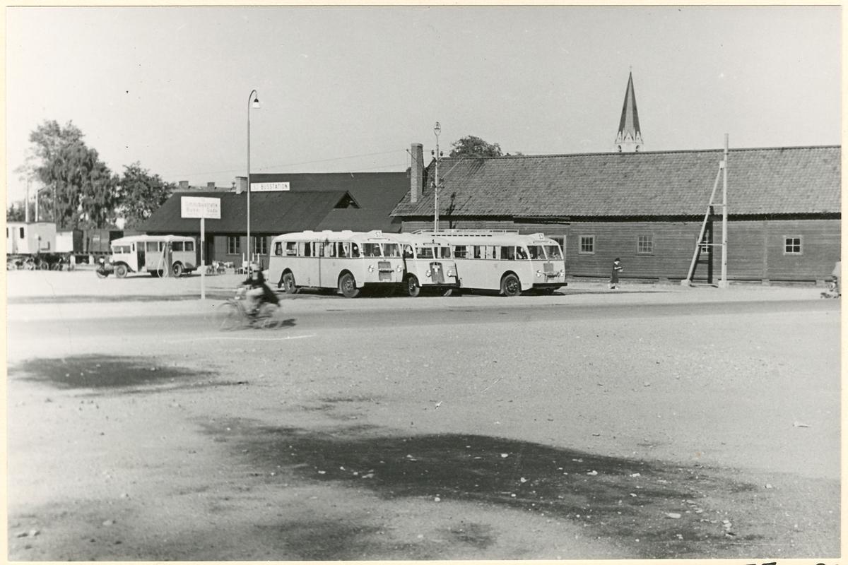 Statens Järnvägar, SJ bussar står parkerade på busstation.
