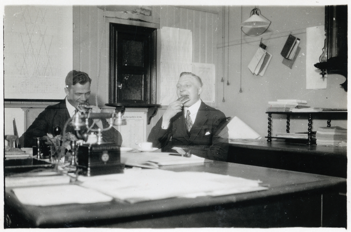 Axelsson och Åsbrink på telegrafexpeditionen, Gävle centralstation.