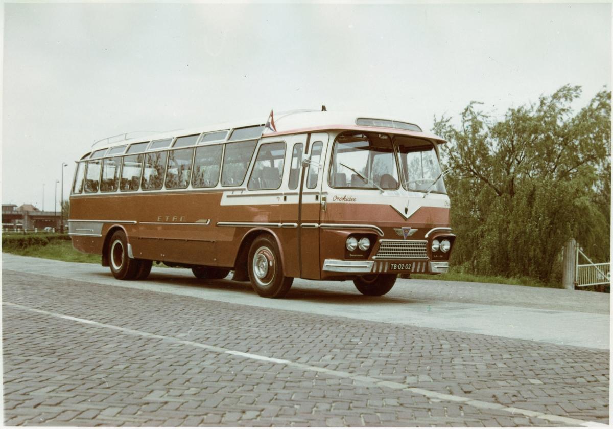 Buss med plats för 45 personer.