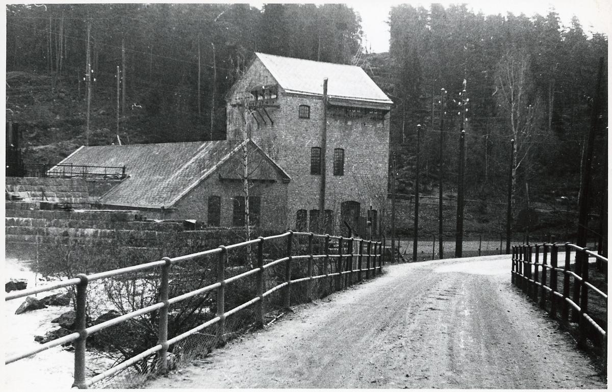 Jössefors kraftstation sedd från vägen.