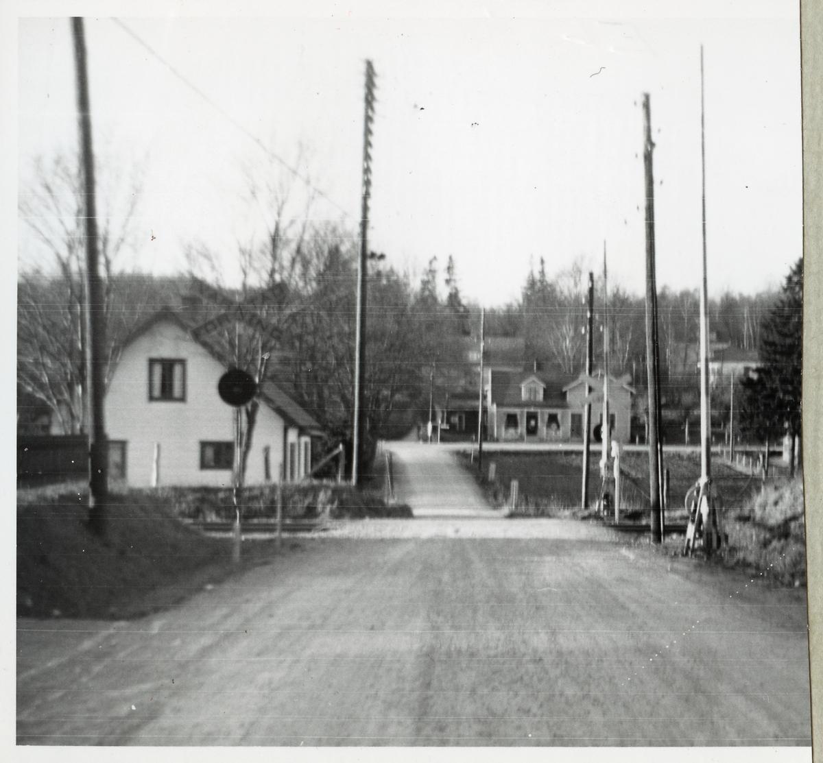 Järnvägsövergång vid Eket, på sträckan mellan Örkelljunga och Stidsvig.
