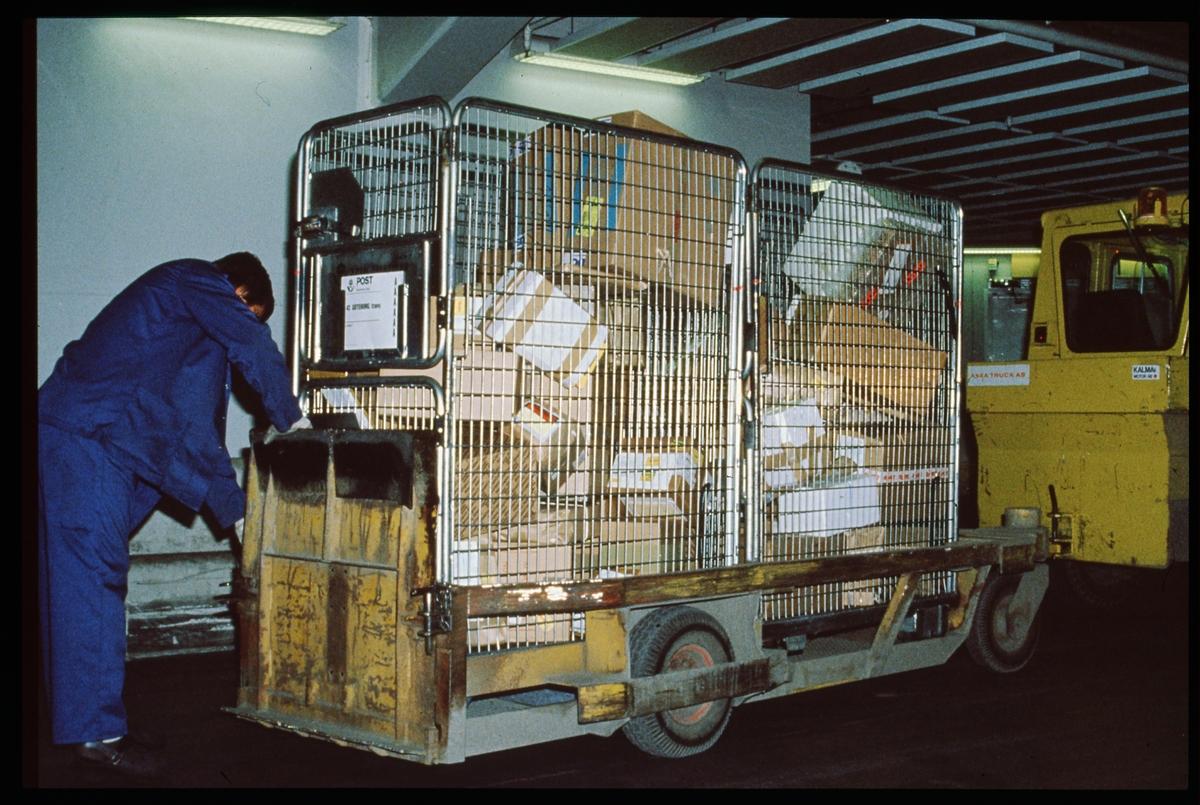 Kärra lastad med postpaket.