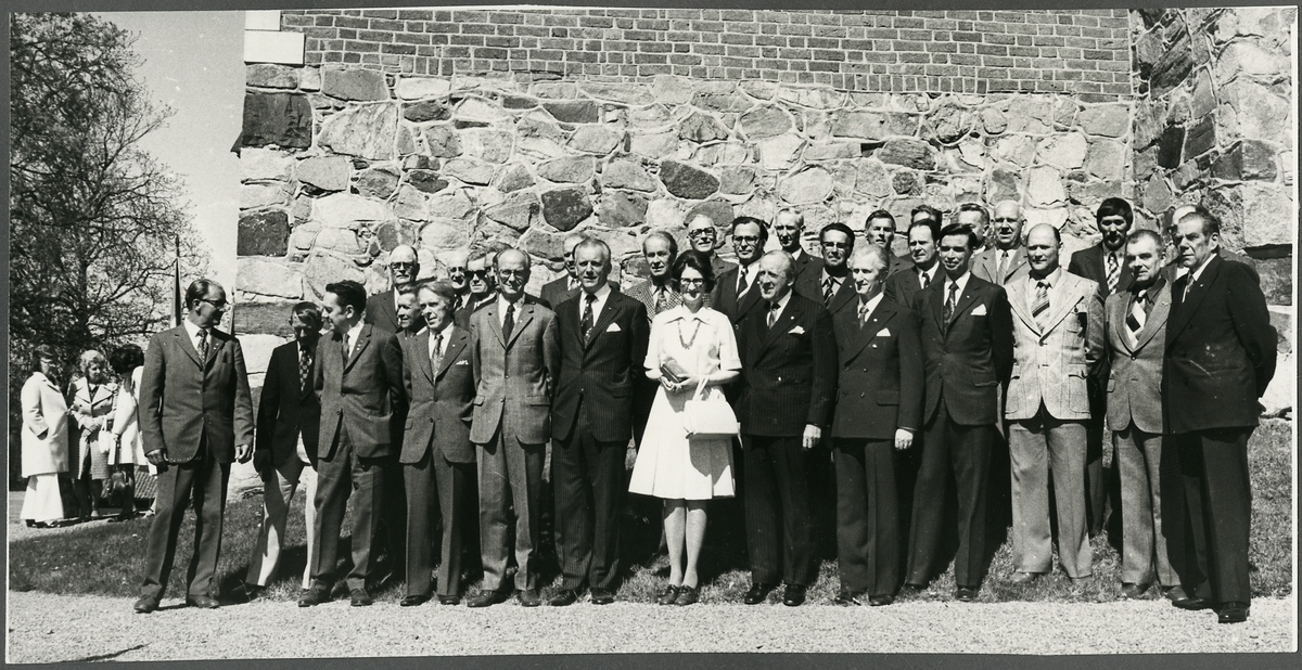 Veteraner vid Trafikaktiebolaget Grängesberg–Oxelösunds Järnvägar, här utanför Jäders kyrka under firandet av TGOJ-dagen 1974.