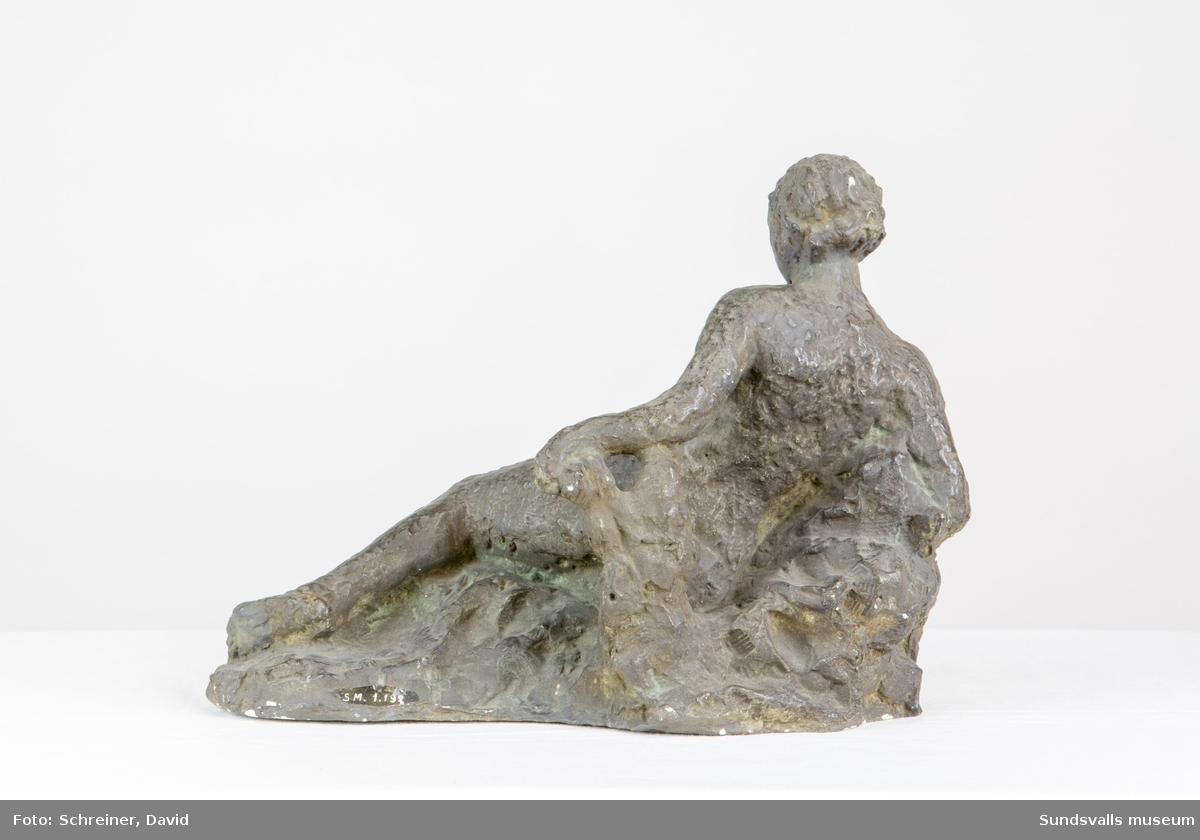 En skulptur i form av en liggande kvinna