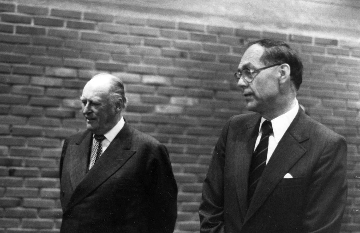 Kong Olav V på Glomdalsmuseet sammen med Ivar Skre.