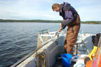 """Denne """"sleden"""" drar man etter båten og fanger bunndyr som lever på bunnen av innsjøen.. Foto/Photo"""
