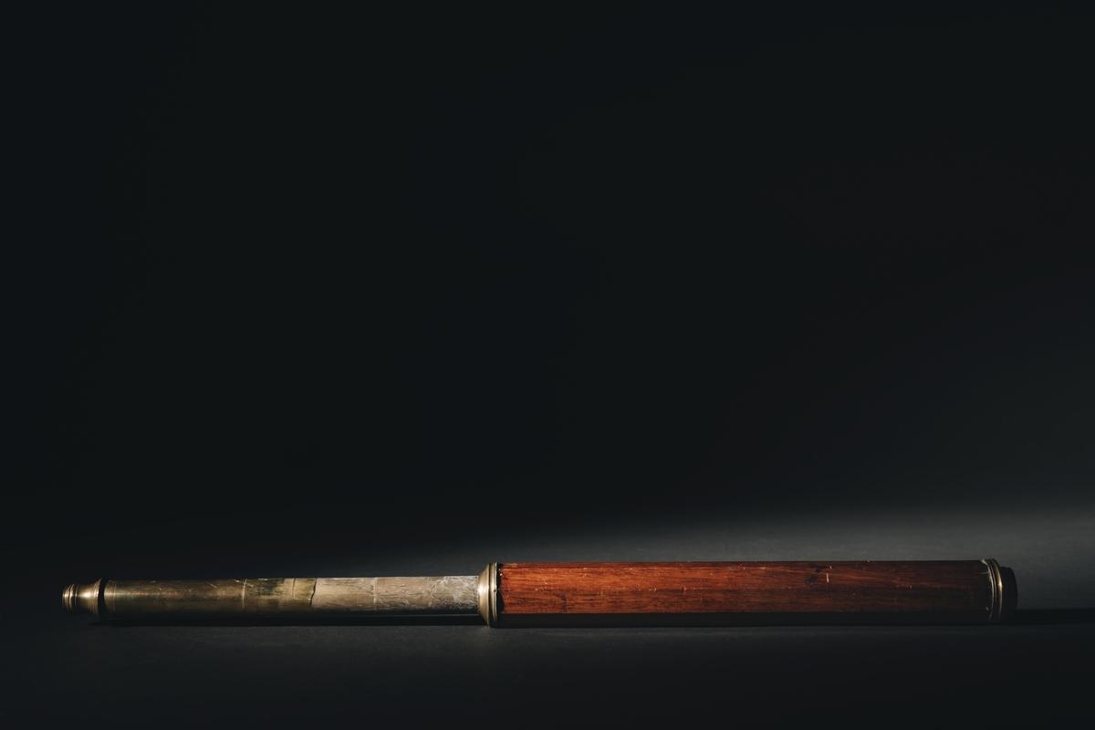 Marinkikare, terresterkikare, av mässing, klädd med teak. Den består av två hylsor, den ena inskjutbar i den andra. Dessa är försedda med lins i vardera änden, och för linserna finnes skjutbara skyddsluckor av mässing. Hylsorna omgivna av en åttakantig fernissad teakhylsa.