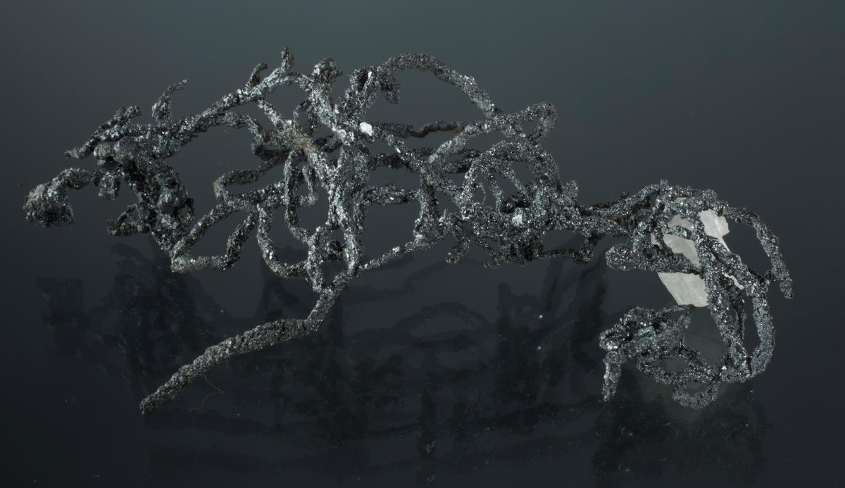 Argentitt på trådsølv, kalsitt Vekt: 28,88 g Størrelse: 11 x 6 x 2,5 cm