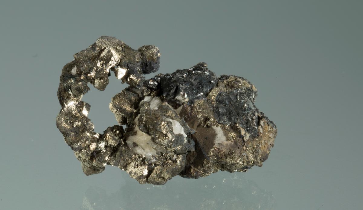 Trådsølv dekket av pyritt, sinkblende og kalsitt Mildigkeit Gottes gruve Vekt: 42,02 g Størrelse: 4 x 2,8 x 2,5 cm