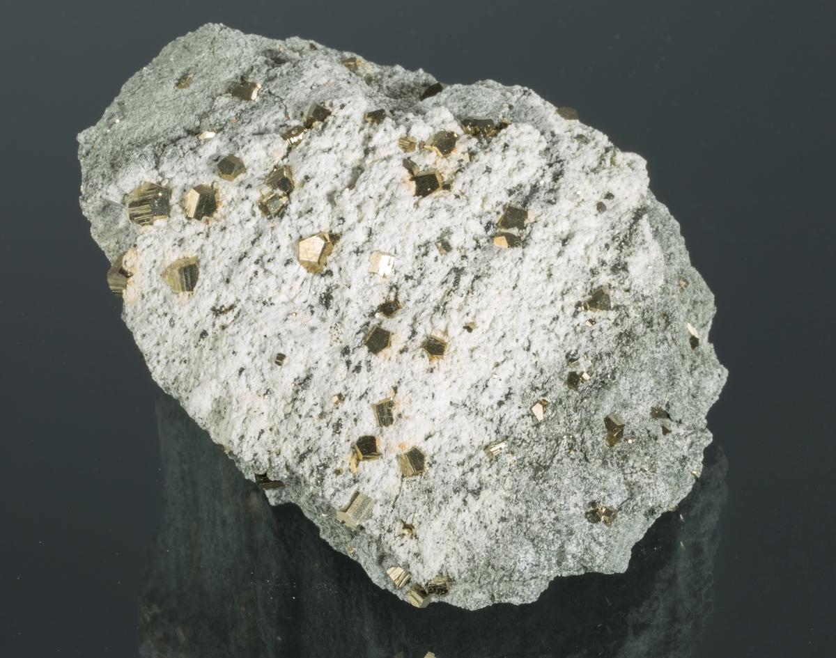 Pyrittkrystaller i illitt Gottes Hülfe gruve Vekt: 699,64 g Størrelse: 12 x 9 x 6,5 cm