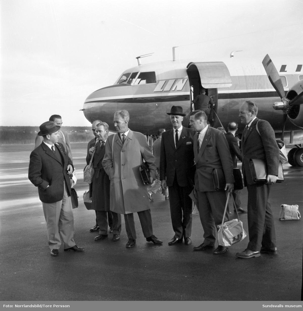En grupp SCA-män återvänder till Midlanda efter en Amerikaresa.