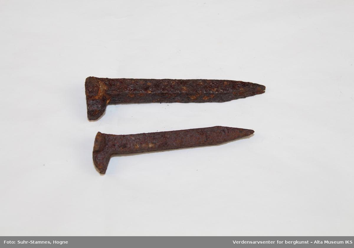 Form: Avlang m/4-kantet snitt, flat spiss og asymmetrisk hode