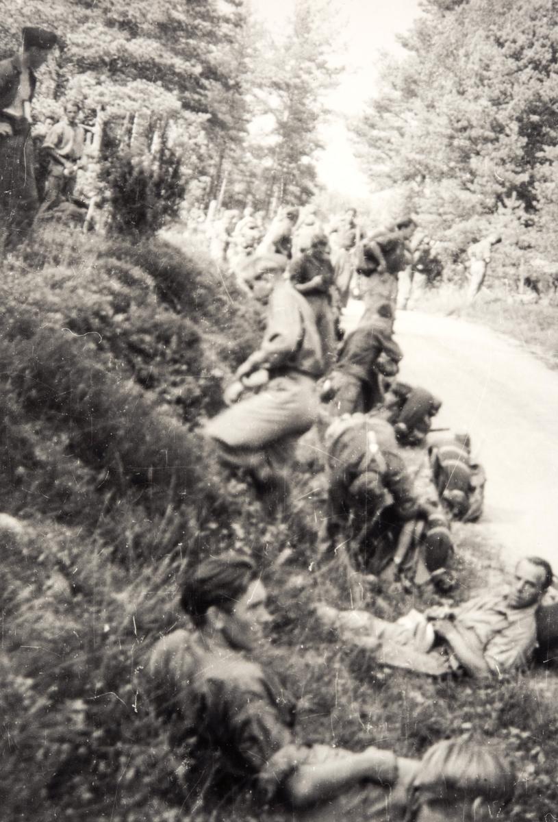 Norske polititropper under utmarsj i Sverige under 2. verdenskrig.