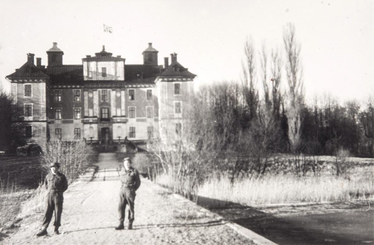 Norske polititropper fremfor Mælsåker slott i Sverige under 2. verdenskrig.